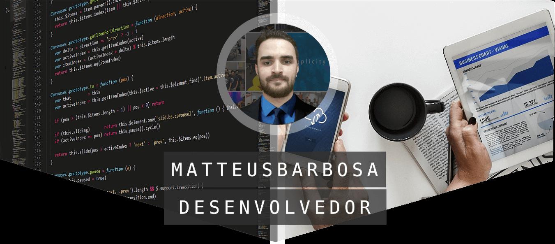 metade IDE de código, metade usuários utlizando software. Foto do Desenvolvedor Matteus no meio.